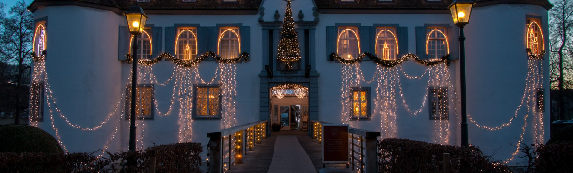Weiherschloss Bottmingen mit Weihnachtsbeleuchtung